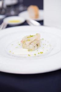 チョウザメのカルパッチョ 蒸しアーティチョーク カンパリシュガーと生姜のソース