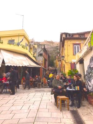 アテネ、アゴラ周辺のカフェ、遠景にアクロポリス